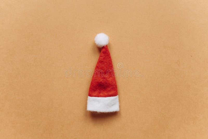 Concept de Noël ou de nouvelle année dans le style minimal - chapeau de Santa Claus images libres de droits