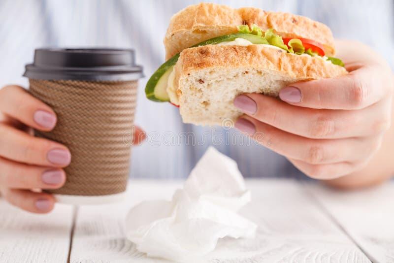 Concept de nourriture, de dîner et de personnes - panini saumoné San de consommation de femme photographie stock