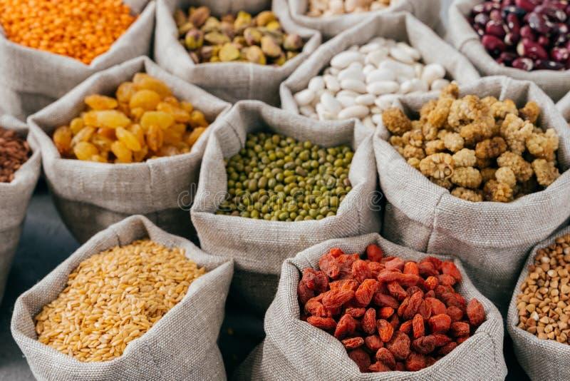 Concept de nourriture Fermez-vous vers le haut du tir cultiv? de divers genres de c?r?ales et de fruits secs naturels dans des sa images stock