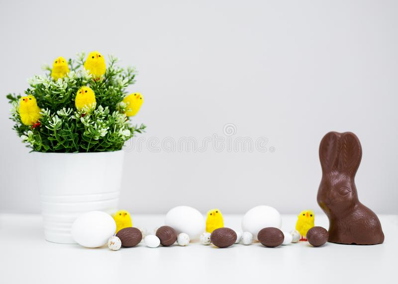 Concept de Pâques - fin des oeufs, des bonbons et des décorations de pâques avec l'espace de copie photos stock