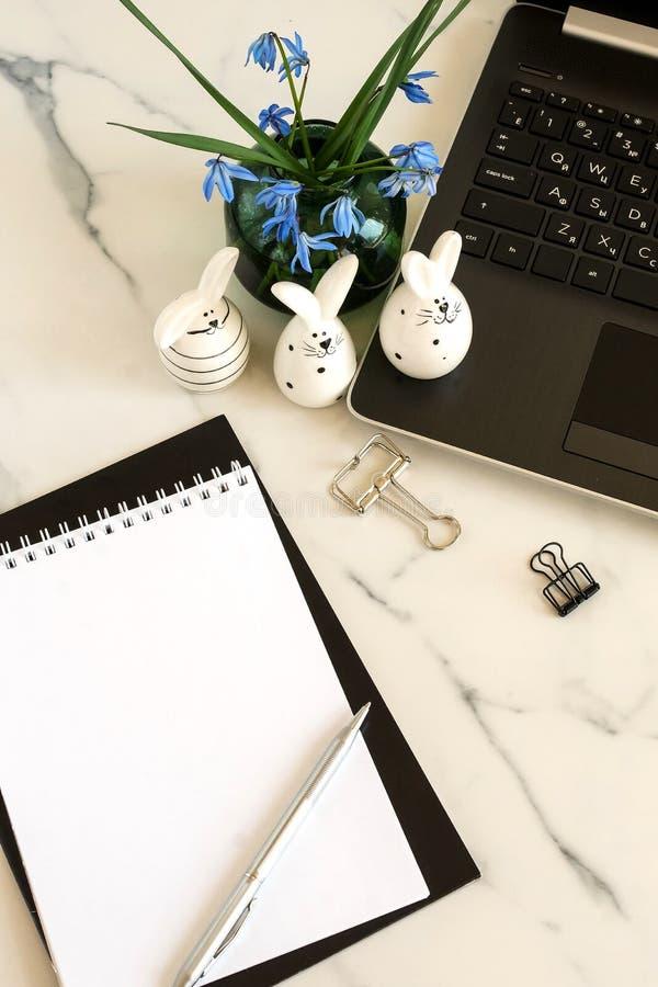 Concept de P?ques Table ?tendue plate de bureau, espace de travail avec l'ordinateur portable, lapin de P?ques, image libre de droits