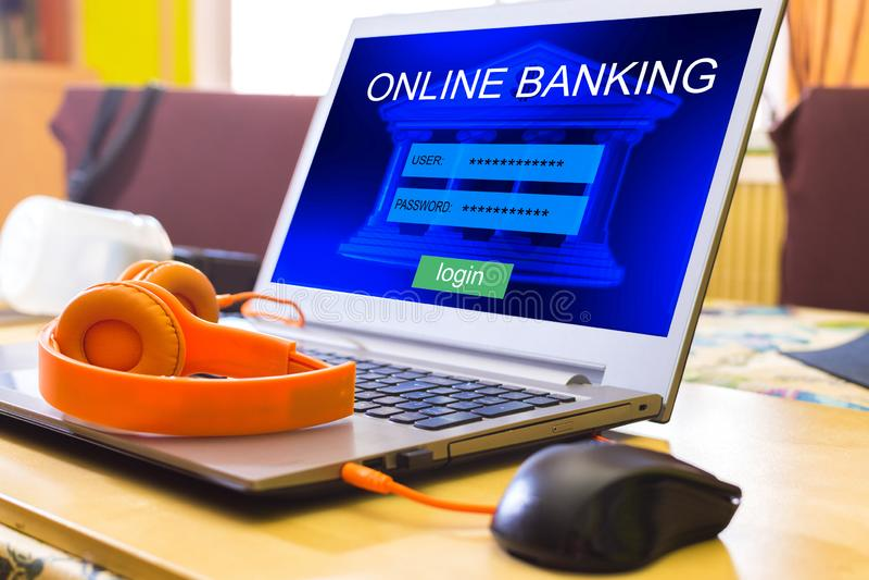 Concept de paiement d'Internet des opérations bancaires en ligne utilisant un ordinateur portable image stock