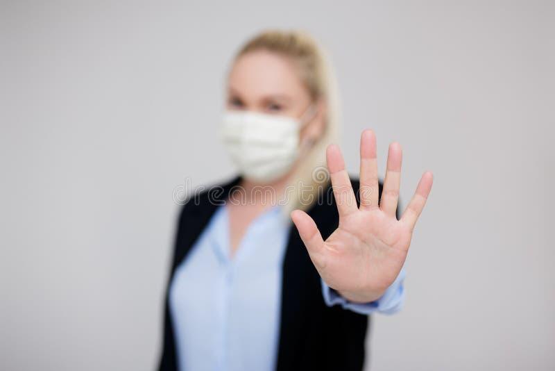 Concept de pandémie de virus de corona et d'affaires - femme d'affaires portant un masque médical montrant un panneau stop photo libre de droits