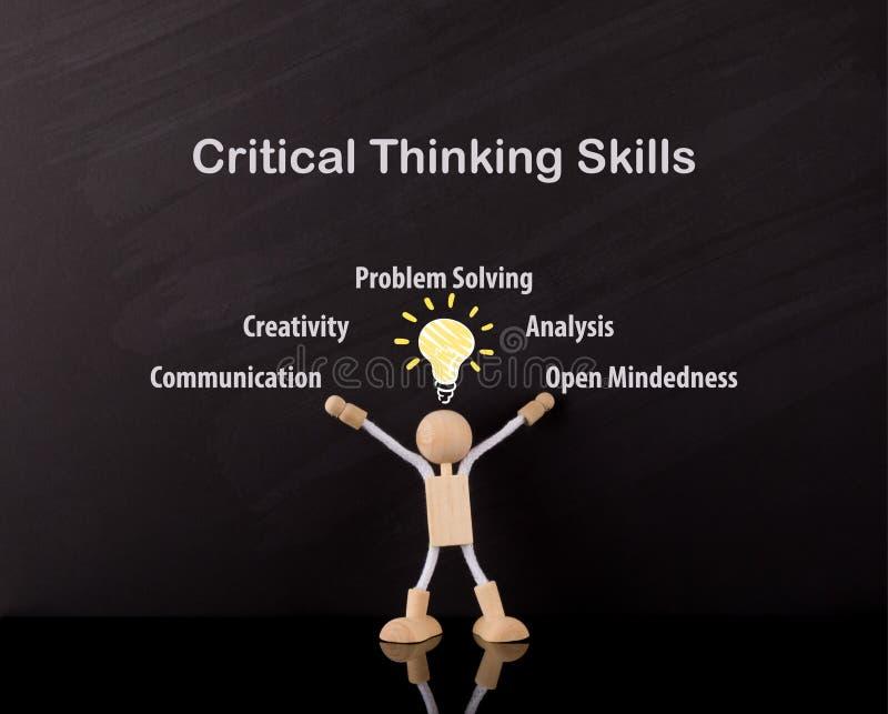 Concept de pensée critique de qualifications, bras en bois de chiffre de bâton, grand croquis jaune d'ampoule images stock