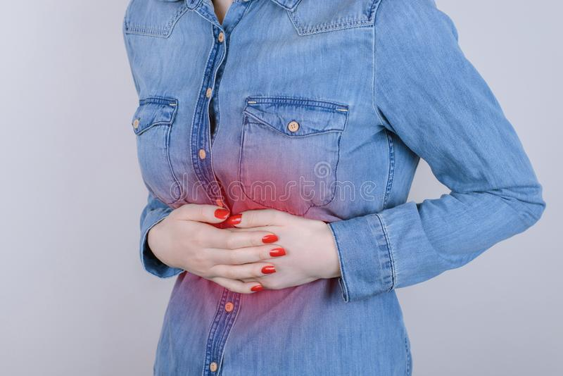 Concept de personne de personnes d'indigestion de digestion Cultivé étroitement vers le haut de la photo de la dame déprimée soum image libre de droits
