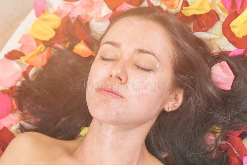 Concept de personnes, de beauté, de station thermale, de cosmétologie et de soins de la peau photos stock