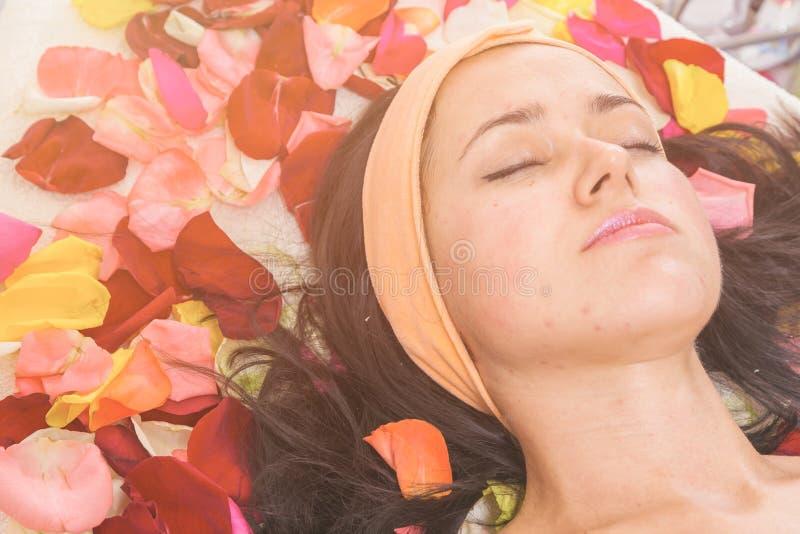 Concept de personnes, de beauté, de station thermale, de cosmétologie et de soins de la peau photo stock