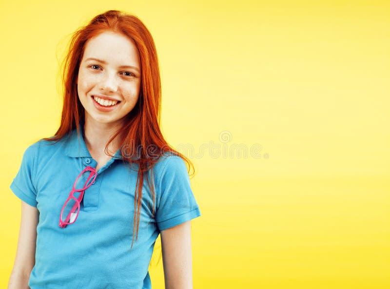 Concept de personnes de mode de vie : adolescente assez jeune d'école ayant le sourire heureux d'amusement sur le fond jaune image libre de droits