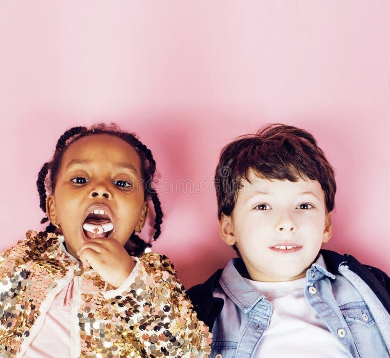 Concept de personnes de mode de vie : enfants divers de nation jouant ensemble, garçon caucasien avec la petite fille africaine t photos libres de droits