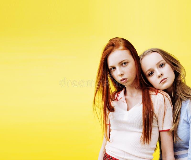 Concept de personnes de mode de vie : fille de l'adolescence du hippie moderne assez élégant deux ayant l'amusement ensemble, sel images stock