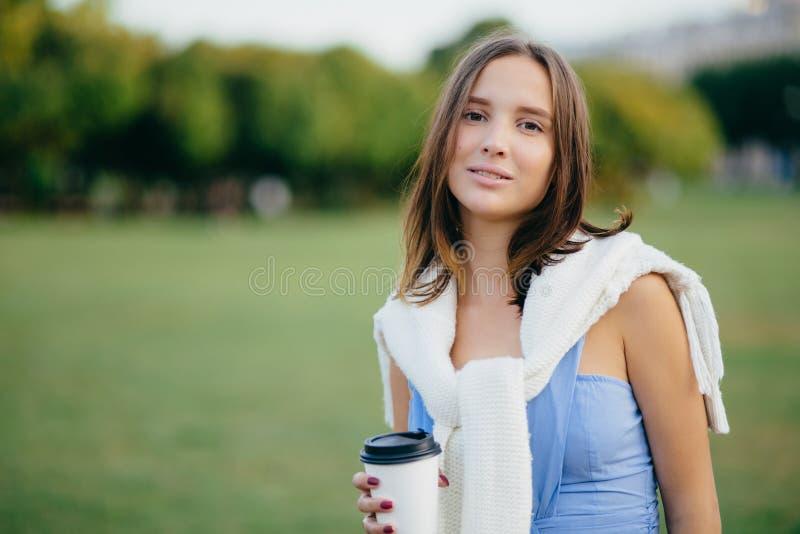Concept de personnes, de récréation et de mode de vie La belle jeune femme européenne a le regard sérieux à l'appareil-photo, hab photo libre de droits