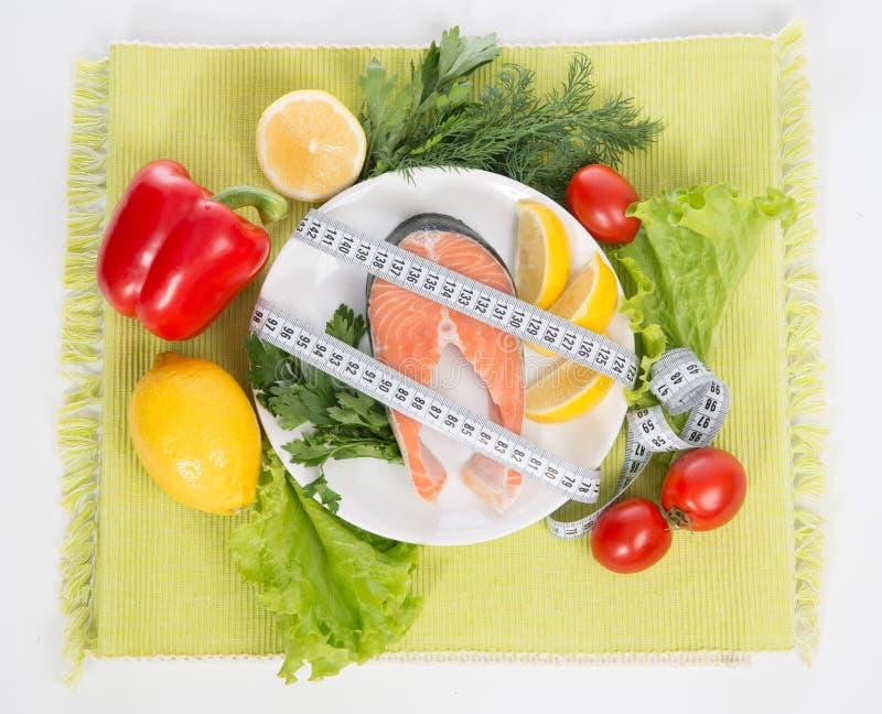 Concept de perte de poids de régime. Bifteck saumoné frais photos stock