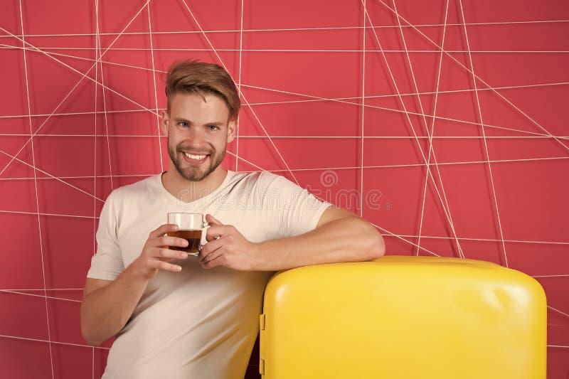 Concept de petit déjeuner avec le sourire de célibataire avec la tasse au réfrigérateur Concept de thé ou de café de petit déjeun photographie stock libre de droits