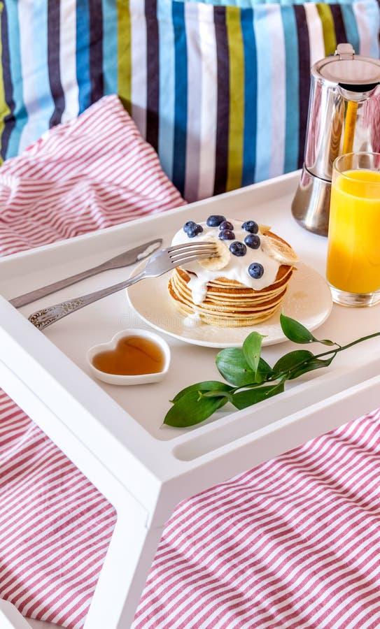 Concept de petit déjeuner dans le lit sur le plateau avec du jus photographie stock