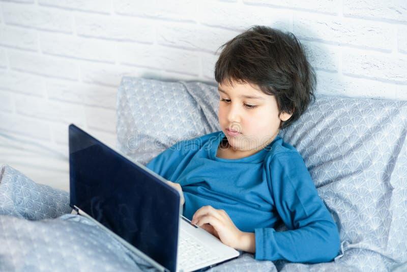 Concept de petit homme d'affaires, webmaster, programmeur, promoteur, concepteur de site Web photos stock