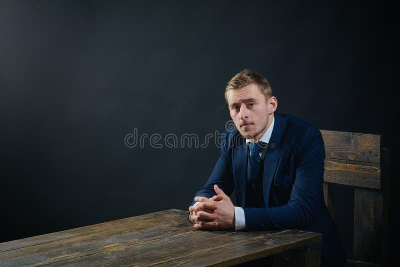 concept de petite entreprise Travail d'homme d'affaires dans le bureau de comptable Économie et finances Comptable d'homme Homme  photo stock