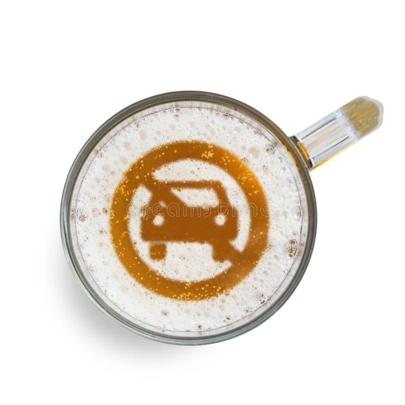 Concept de piloter sûr Signe ne pas permettre l'accès de voiture sur la mousse de bière en verre D'isolement sur le blanc Vue sup illustration stock