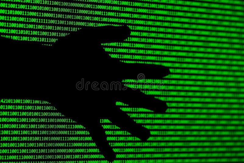 Concept de pirate informatique codes binaires d'ordinateur et mains des voleurs images stock