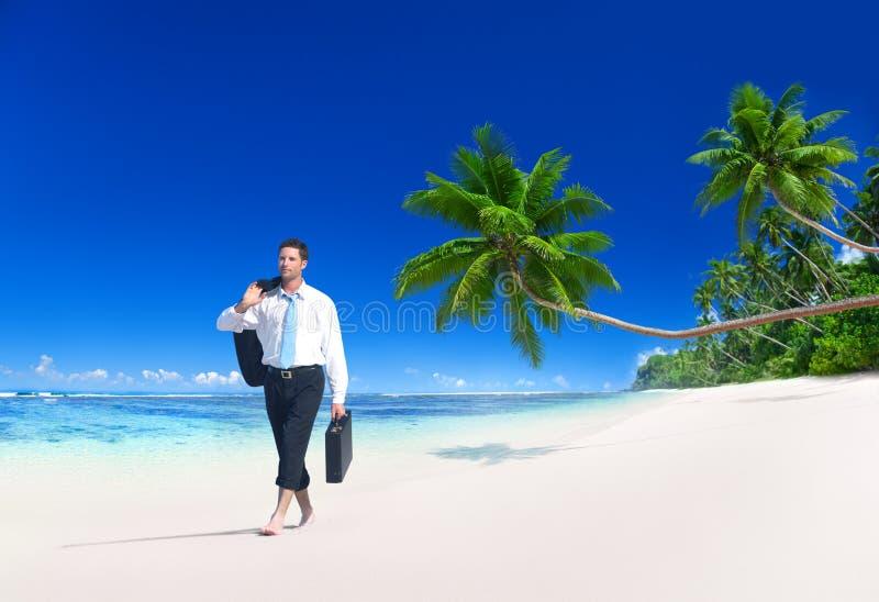 Concept de plage de Walking Along Tropical d'homme d'affaires photos libres de droits