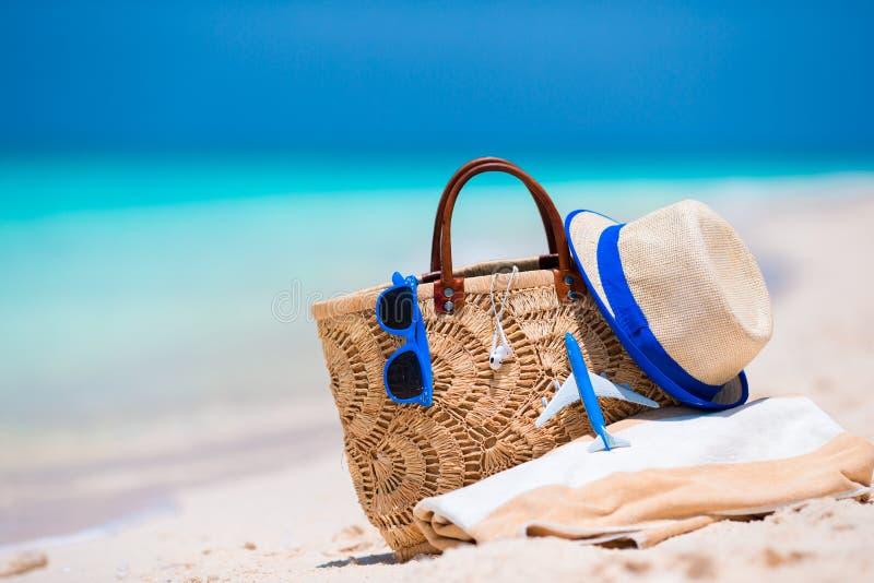concept de plage sac chapeau lunettes de soleil et serviette de paille sur la plage blanche. Black Bedroom Furniture Sets. Home Design Ideas