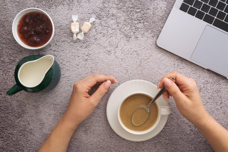 Concept de plan de projet d'affaires, caf? de matin dessus sur le bureau photo libre de droits