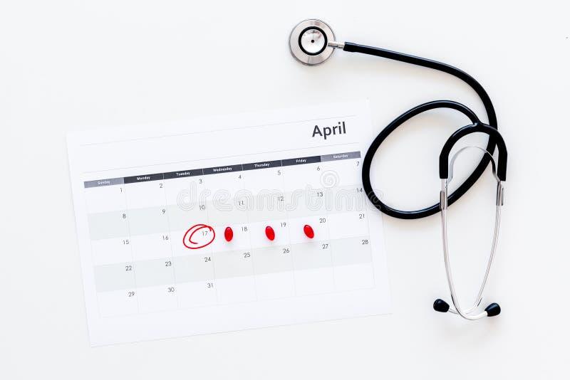 Concept de planification d'examen médical Examens médicaux réguliers Le calendrier avec la date a entouré, les pilules et le stét image stock