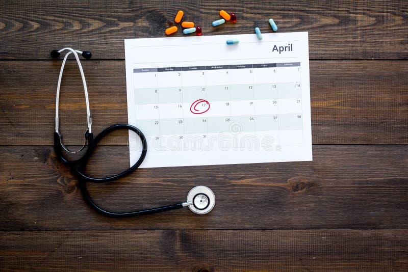 Concept de planification d'examen médical Examens médicaux réguliers Le calendrier avec la date a entouré, les pilules et le stét images libres de droits