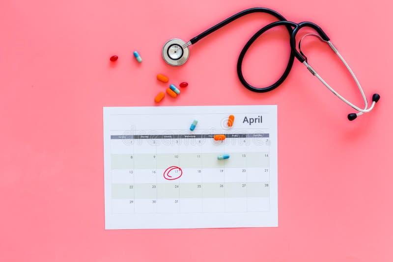 Concept de planification d'examen médical Examens médicaux réguliers Le calendrier avec la date a entouré, les pilules et le stét photo stock