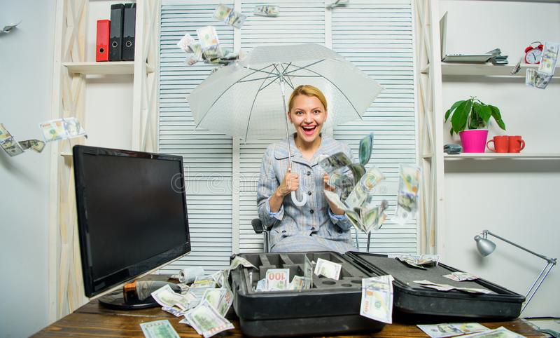 Concept de pluie d'argent liquide Argent tombant comme pluie Dame ou comptable d'affaires de femme sous le parapluie girl financi photos libres de droits