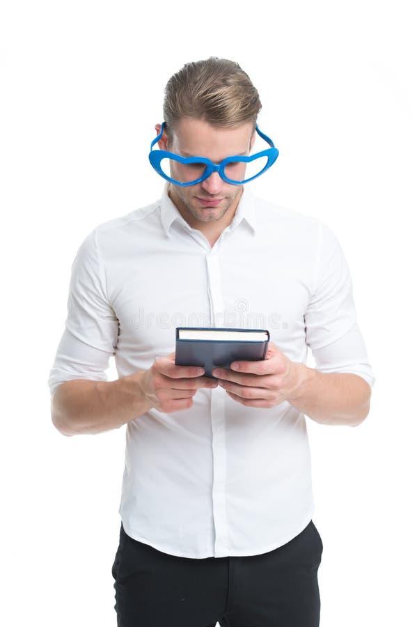 Concept de poésie romantique Type toiletté bon beau d'homme porter les lunettes en forme de coeur et tenir le livre Le macho a lu image libre de droits