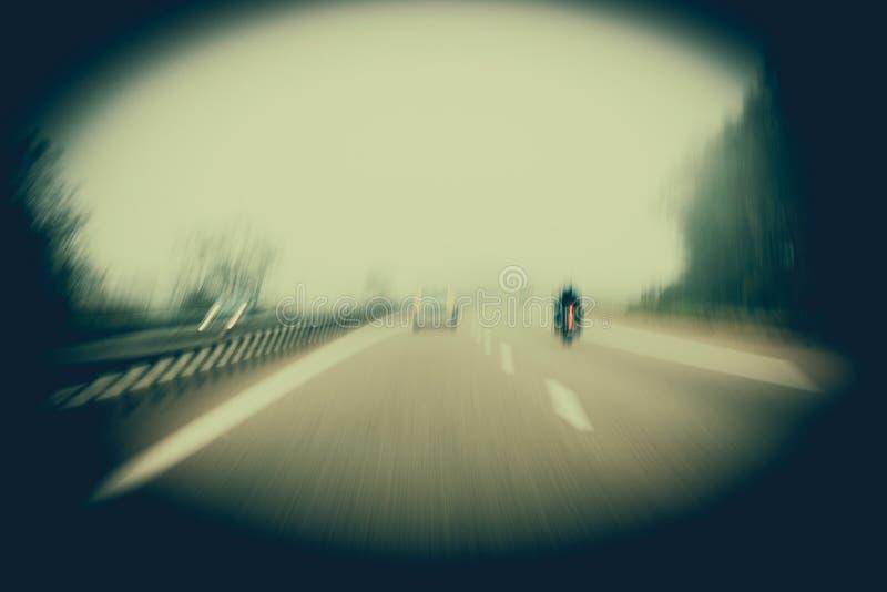 Concept de poursuite dans la vue arrière de mouvement de tache floue du cycliste frais m de hippie photos stock