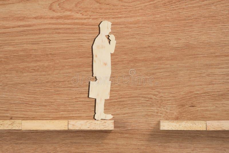 Concept de problème et de difficulté d'un homme d'affaires Bloc en bois image stock