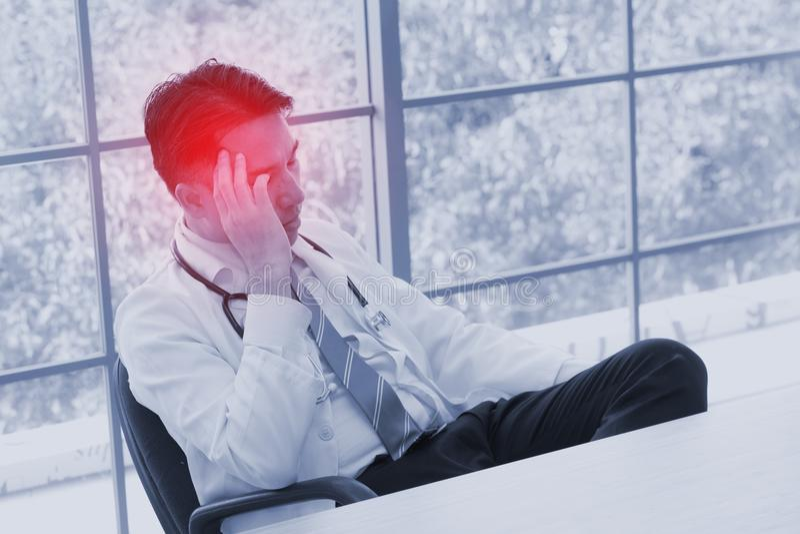 Concept de problème de santé de personnes d'effort : personne de mal de tête de visage de douleur photos stock