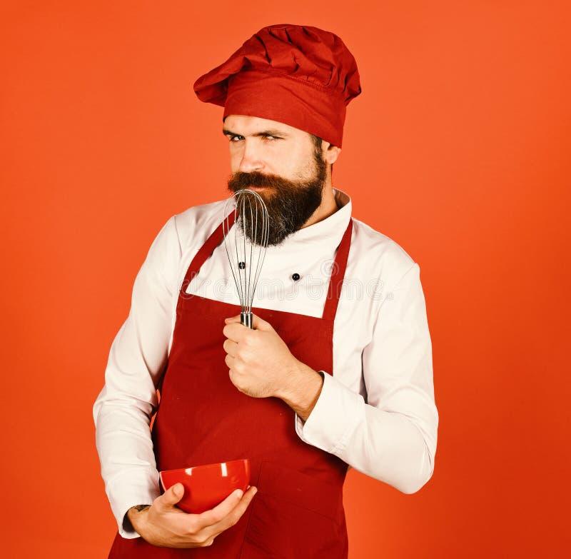 Concept de procédé de cuisson Faites cuire avec le visage séduisant dans l'uniforme de Bourgogne photographie stock libre de droits