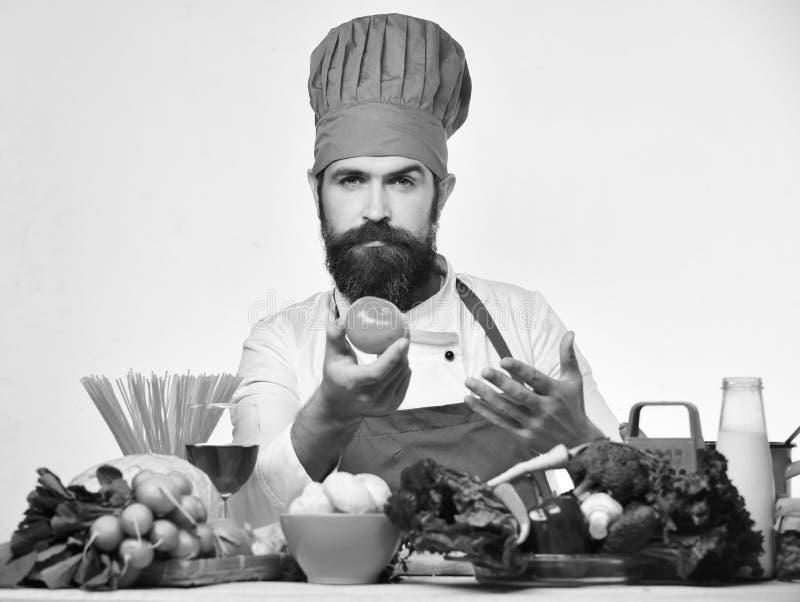 Concept de procédé de cuisson Faites cuire avec le visage sûr dans l'uniforme de Bourgogne photographie stock libre de droits