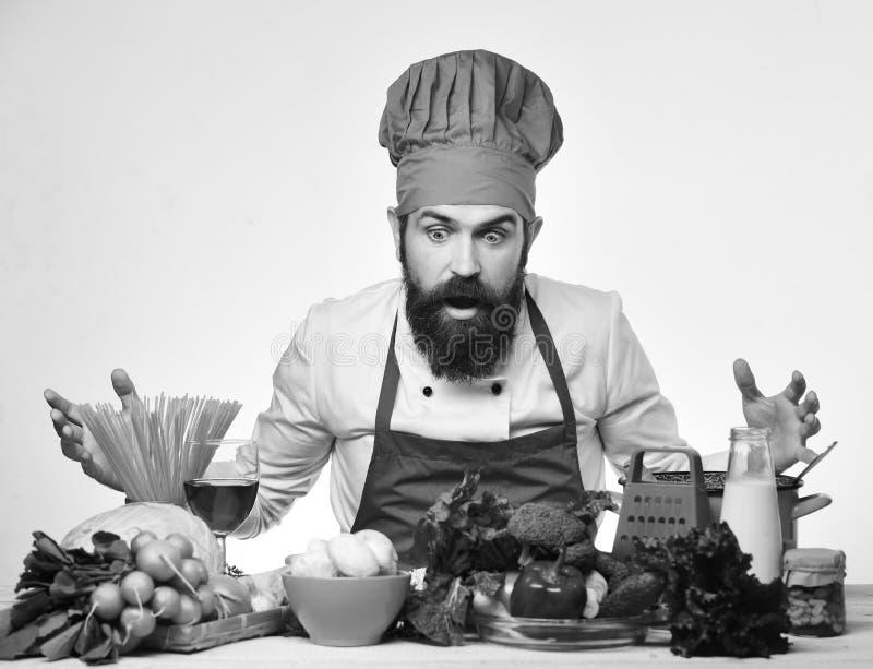 Concept de procédé de cuisson L'homme avec la barbe regarde des ingrédients photo stock