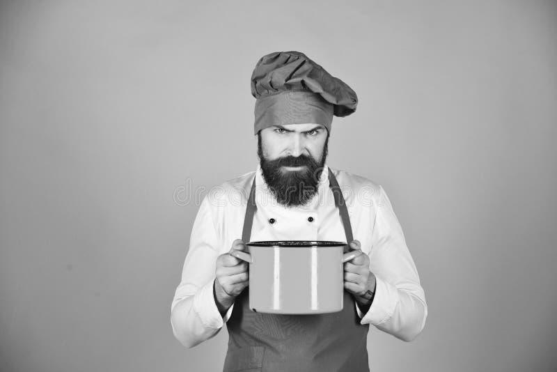 Concept de procédé de cuisson L'homme avec la barbe tient la vaisselle de cuisine images stock
