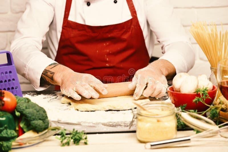 Concept de procédé de cuisson Le chef fait la pâte Cuisinier dans l'uniforme de Bourgogne image libre de droits