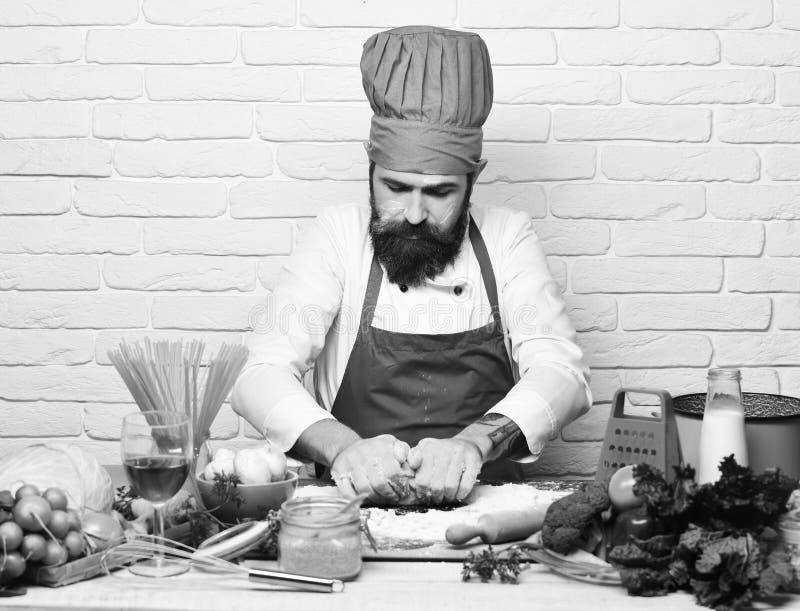 Concept de procédé de cuisson Le chef fait la pâte Homme avec la barbe images stock