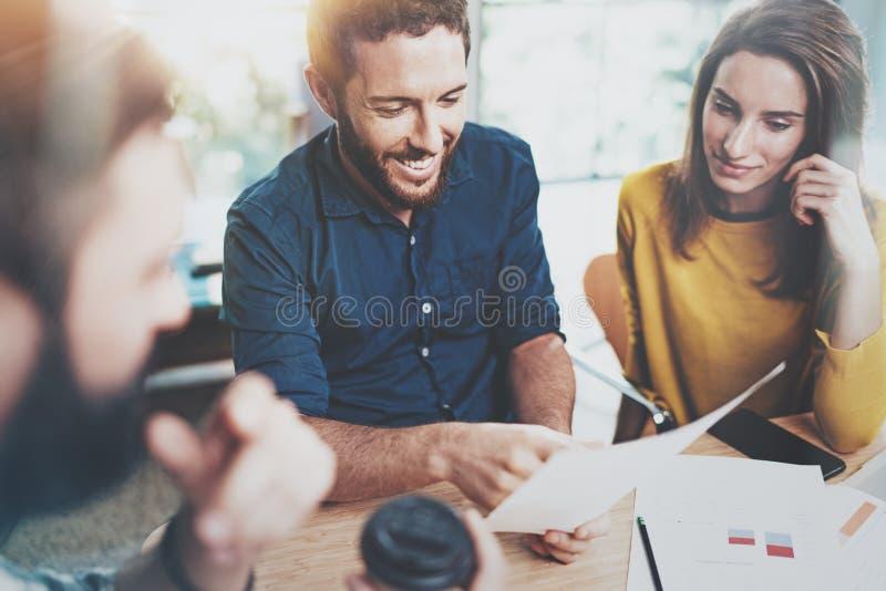 Concept de procédé de travail d'équipe au bureau Se réunir heureux de collègues Fond brouillé horizontal image libre de droits
