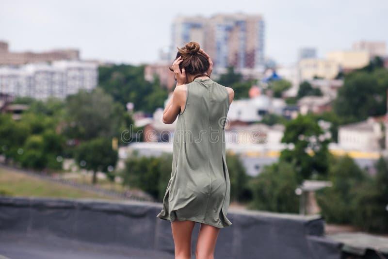 Concept de promenade d'effort de femme de toit seul images stock