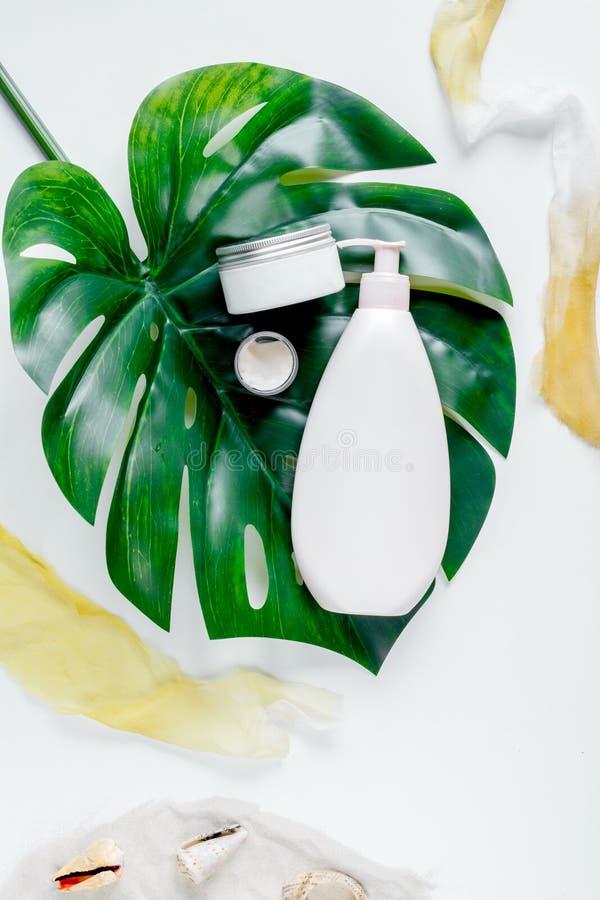 Concept de protection de Sun avec de la crème et la lotion sur la vue supérieure de fond blanc photo libre de droits