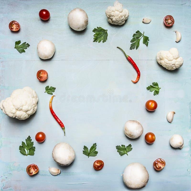 Concept de PS en bois rustique de vue supérieure de fond de champignons de persil de nourriture de cadre de chou-fleur de sauce t images libres de droits