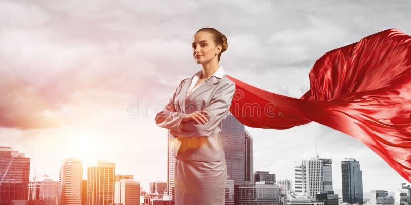 Concept de puissance et de succ?s avec le super h?ros de femme d'affaires dans la grande ville photographie stock libre de droits