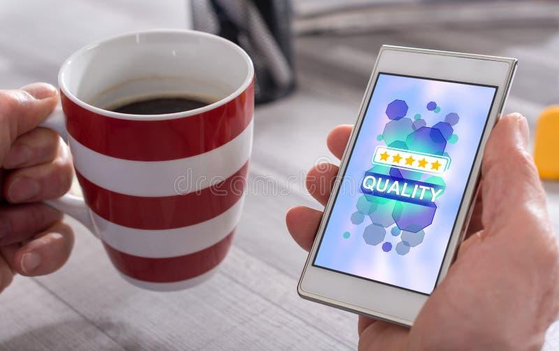 Concept de qualité sur un smartphone image libre de droits