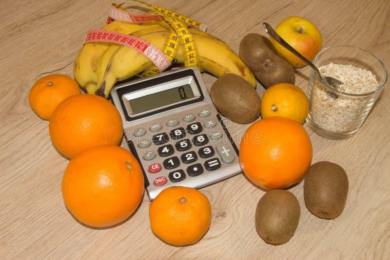 Concept de régime Régime faible en calories de fruit Régime pour la perte de poids Plat avec la bande et les fruits de mesure sur photographie stock libre de droits