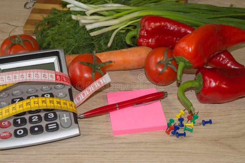 Concept de régime Régime faible en calories de fruit Régime pour la perte de poids Plat avec la bande et les fruits de mesure sur images libres de droits