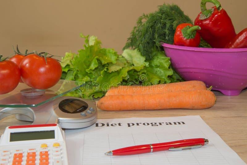 Concept de régime Régime faible en calories de légumes Régime pour la perte de poids Bande et légumes de mesure sur la table photos libres de droits