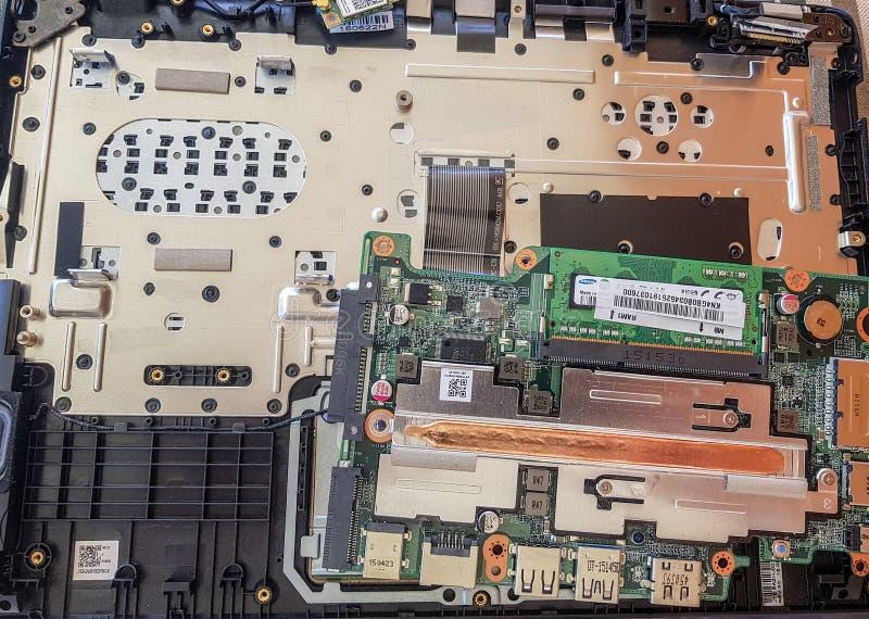Concept de réparation d'ordinateur Fermez-vous vers le haut de la carte mère d'ordinateur portable de réparation d'homme avec le  photographie stock
