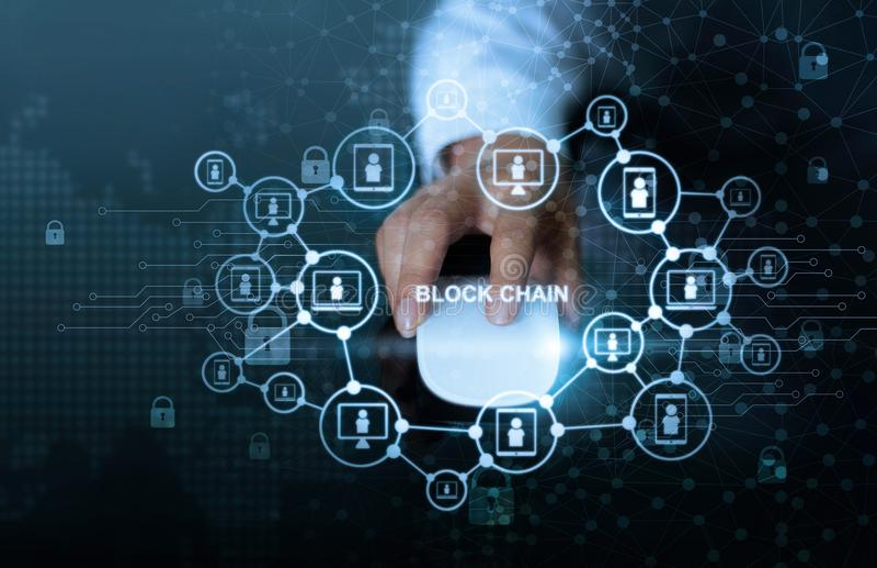Concept de réseau de technologie de Blockchain Ordinateur de souris de clic d'homme d'affaires avec le cryptocurrency d'icône de  images stock